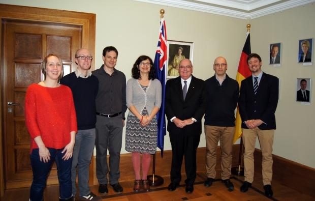 Gruppenbild von Botschafter Ritchie mit sechs weiteren Personen bei einer Zeremonie in der Botschaft im Rahmen einer Citizenship Ceremony