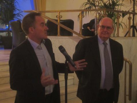 Graeme Mason, der CEO von Screen Australia, steht neben Botschafter Ritchie und hält eine Ansprache