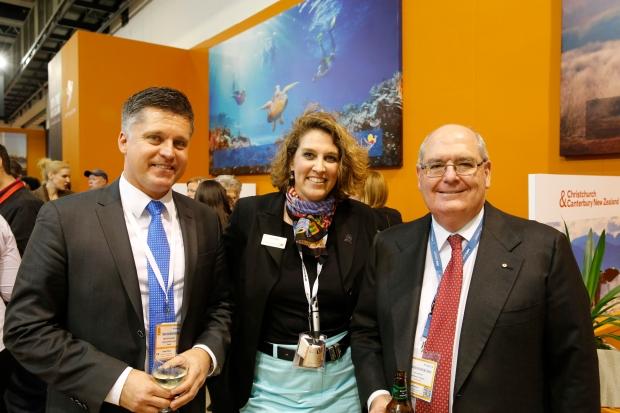 Gruppen bild von Mats Dahl fernström von Quantas, Eva Seller von Tourism Australia und Botschafter Ritchie (links nach rechts) vor dem Tourism Australia Messestand