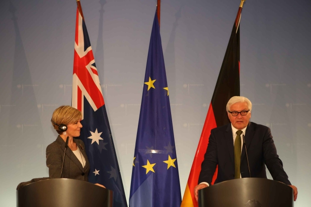 Foreign Minister Julie Bishop and Foreign Minister Steinmeier at the joint press conference. They are standing in front of the Australian, European and German flag.