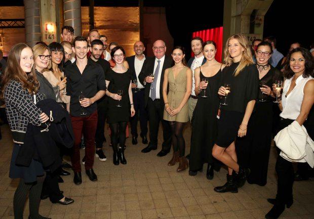 Botschafter Ritchie umringt von den Mitgliedern der Sydney Dance Company beim After-Show Empfang in Wolfsburg
