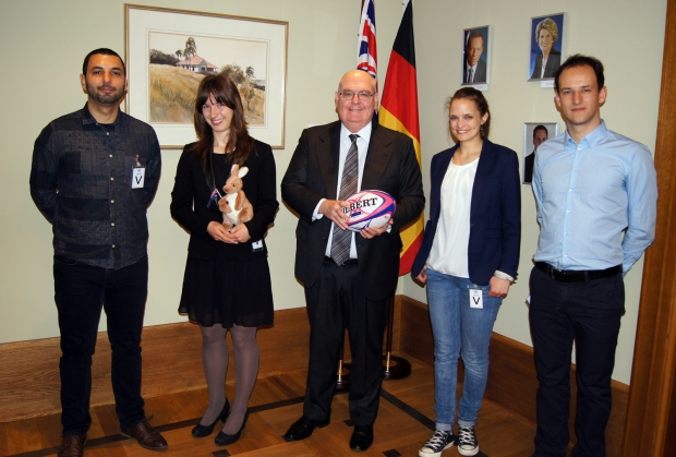 Botschafter Ritchie auf einem Gruppenfoto mit vier Spielern der Berlin Bears. Der Botschafter steht in der Mitte und hält einen Touch Football in der Hand.