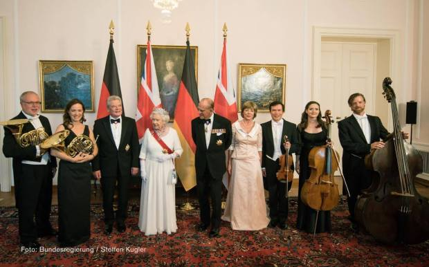 Group photo of the Commonwealth Quintet of the Berliner Philharmoniker at the State Banquet for Queen Elizabeth II. The Queen is also pictured.