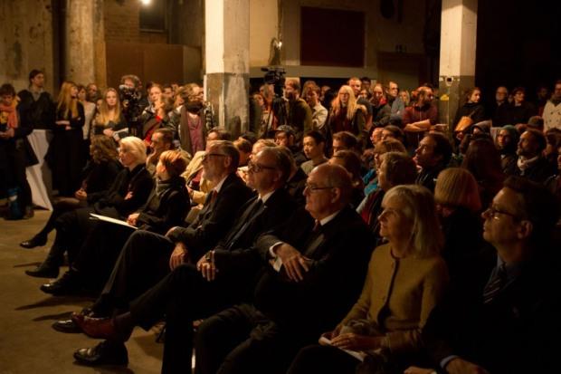 Botschafter sitzt in der ersten Reihe bei der Eröffnungs des Werkleitz Festivals 2015 .move on (copyright Michel Klehm)
