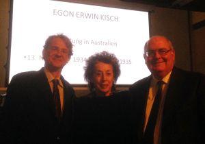 Mit Professor Markus Patka und Lea Rosh vom Förderkreis in der Botschaft vor einem Powerpoint-Bildschirm