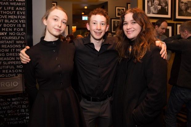 Bethany Whitmore und Harrison Feldman von Girl Asleep mit einer Feundin bei unserer Berlinale-Veranstaltung in der Catwalk Bar