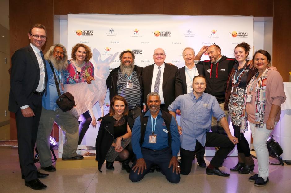 Gruppenfoto mit dem Botschafter un Kollegen von Tourism Australia vor einem Banner von Tourism Australia