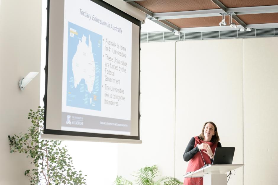 Felicity Jones, Queensland University hält einen Vortrag, Research Forum Australische Botschaft Fotos (c) Kate Seabrook